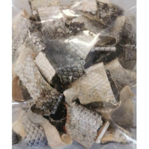 Koščki posušene lososove kože